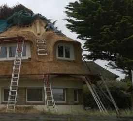 Gros oeuvre – réfection d'une charpente et d'un toit en chaume